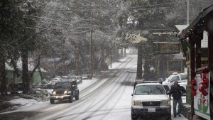 Mountain roads became slick with snow last winter in the San Bernardino National Forest. This year, a cold storm system over Christmas is expected to bring snow to the mountains. (Credit: Gina Ferazzi / Los Angeles Times)